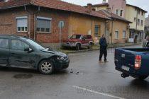 Мазда удари Опел на кръстовище