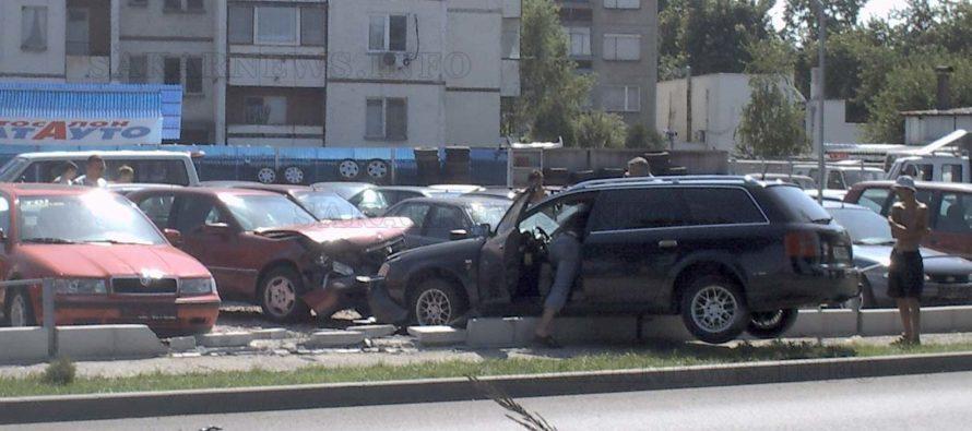 Осем коли ударени, след като кола нахлу в автокъща
