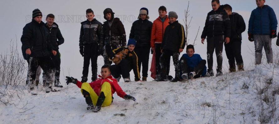 Снежна пързалка в Харманли стана атракция