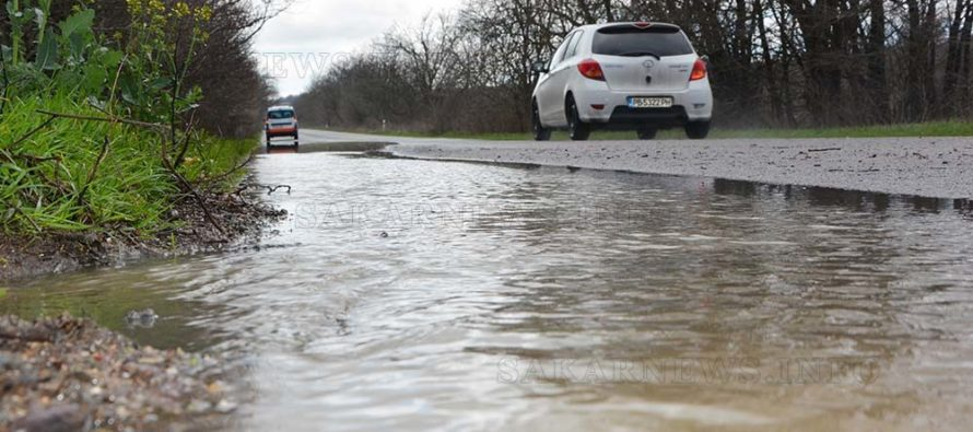 Вода залива Международния Е80 след всеки по-сериозен дъжд