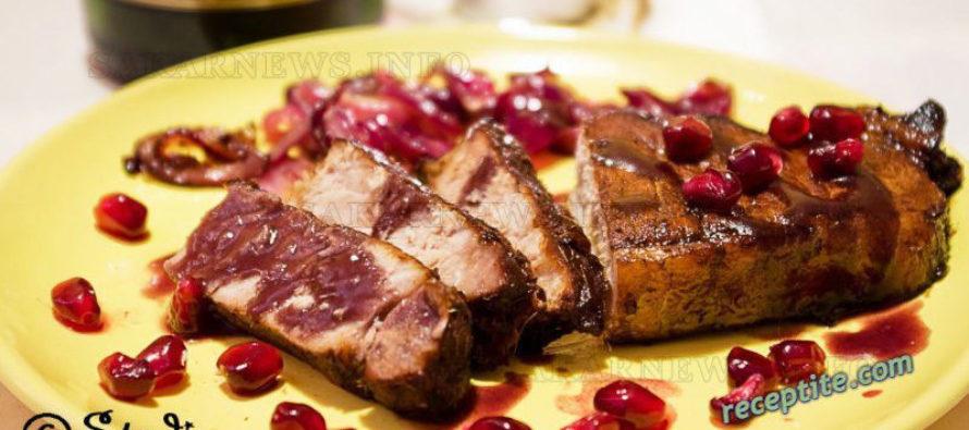 Телешко филе с червен сос и карамелизиран лук