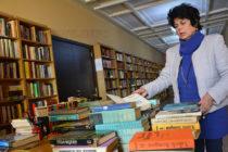 Учител дари още 100 книги на библиотека