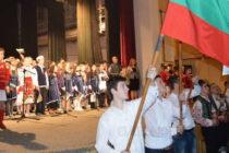 """Всички пяха """"Тих бял Дунав"""" на сцената за националния празник"""