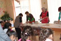 Доситеевските баби този път зарадваха деца с вкусотиите си