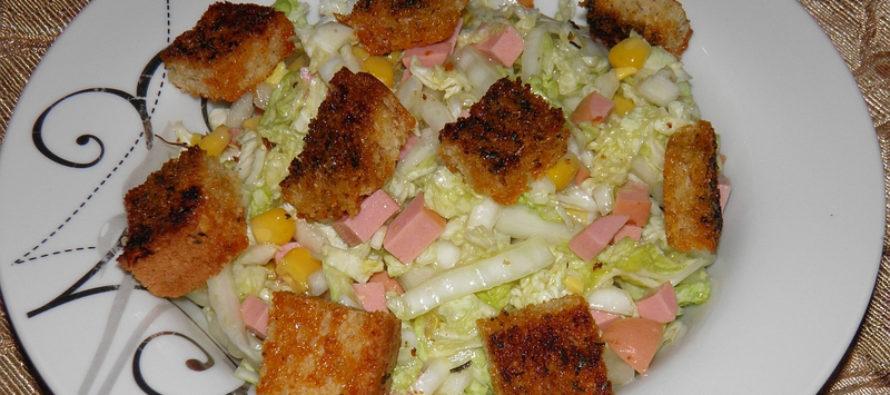 Салата с китайско зеле, филе, царевица и крутони