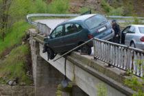 Кола скъса парапет на мост и увисна на него