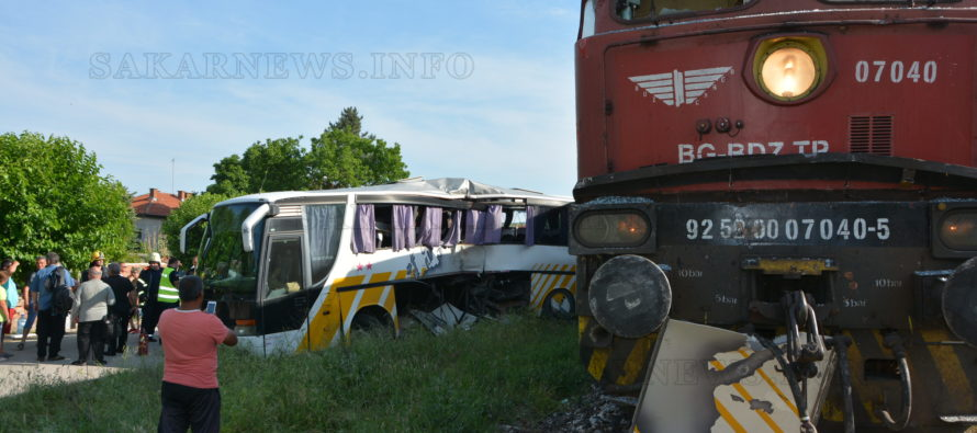 Влак подхвърли автобус на прелез