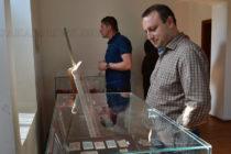 Банкноти и монети, подредени в  изложба, пресъздават българския бит и народност
