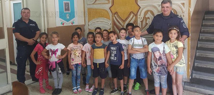 Униформени впечатлиха ученици с демонстрация  на работата си