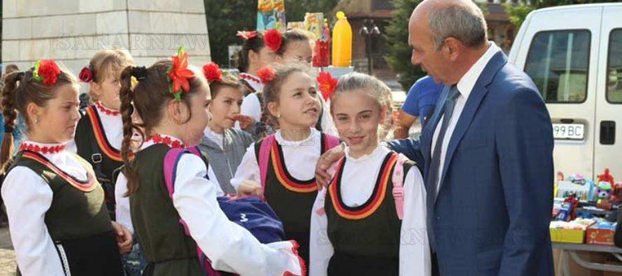 Депутатът д-р Георги Станков поздрави учители и ученици на техен празник