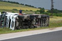 """Турски тир с платове се обърна на магистрала """"Марица"""""""