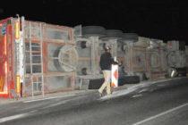 Камион с перални изправи завой и се обърна до пътя