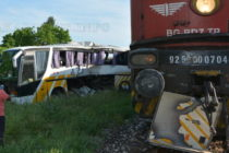 Автобус се блъсна във влак, има пострадали