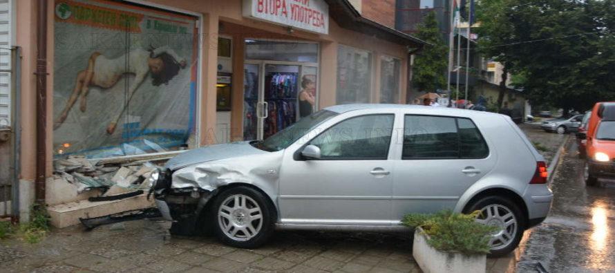 Фолксваген спря във витрината на магазин