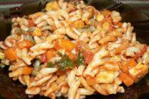 Паста с доматен сос и зеленчуци