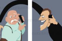 """Полицейски служители беседват с  възрастни хора за """"ало"""" измамите"""