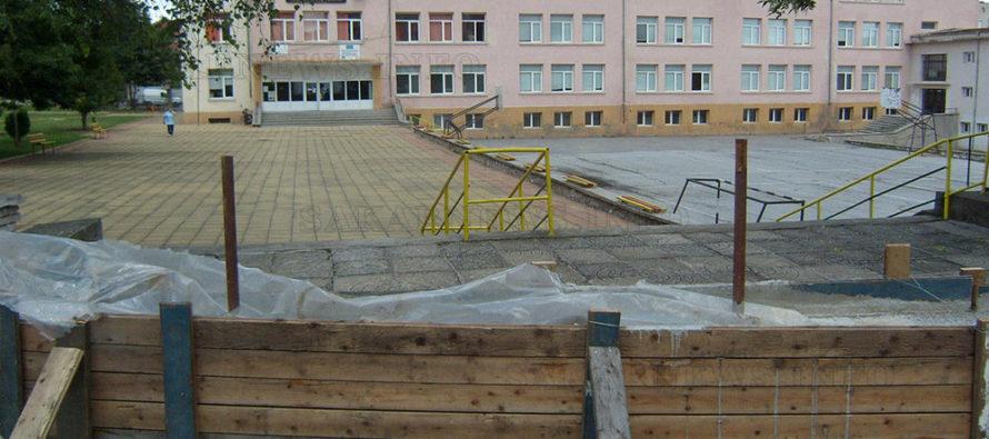 """Добрин Парнаров: """"Затварянето на официалния  вход на началното училище е необходимо"""""""