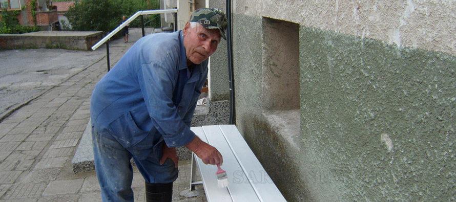85-годишен дава пример на съседи