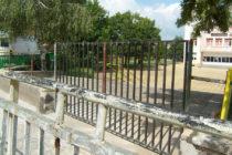 Поставиха врата на съборената част от преградата пред НУ