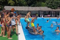 """Водни пръски"" около басейн направиха деца щастливи"