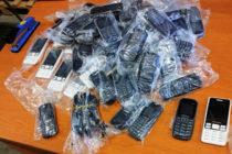 Откриха мобилни телефони в тайници на лек автомобил