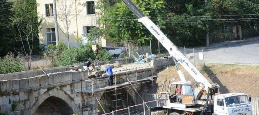 Започна аварийно укрепване  на Гърбавия мост