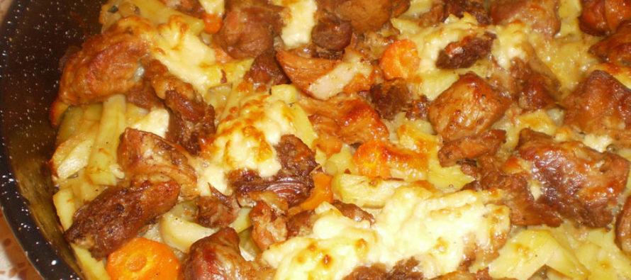 Сочно свинско с картофи, кашкавал и топено сирене