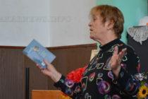 Надежда Захариева рецитира стихове пред свои фенове в Свиленград