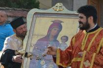 Чудотворна икона събра хиляди миряни в храмове