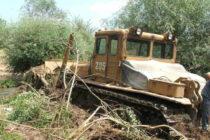 Тежка верижна машина закъса при чистенето на река Бисерска
