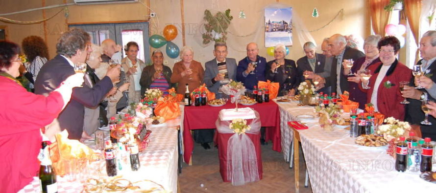 Празнуват златни сватби с любовни песни, танго и торта