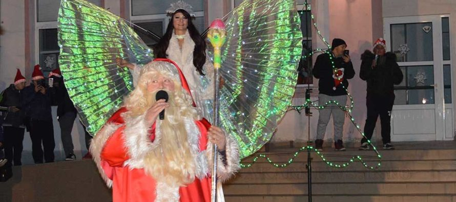С огнено шоу започнаха Коледно и Новогодишните празници в Тополовград