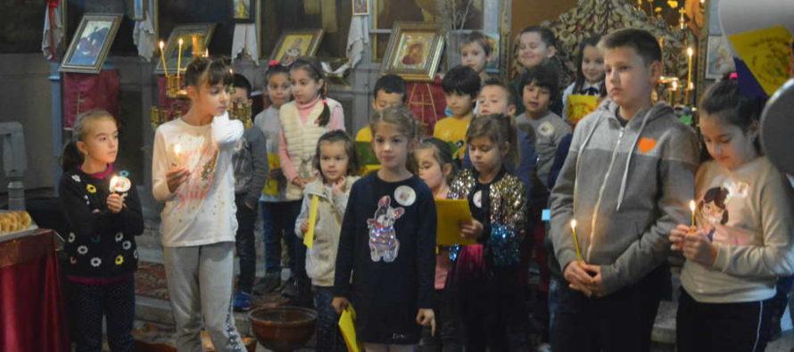 Храм се изпълни с деца