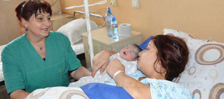Симеоновградчанка роди първото бебе в Харманли за 2019-та, друга последното за 2018-та