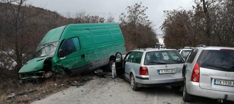Верижна катастрофа затвори пътя Александрово – Константиново