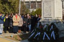 Цветя и венци за  годишнината от  обесването на Дякона