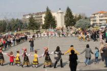 Пъстро хоро се изви в Свиленград на националния празник
