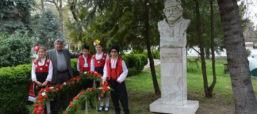 С цветя окичиха   паметника на тракиеца  Капитан Петко войвода