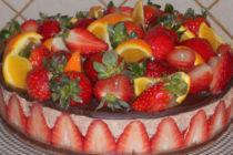 Бърз шоколадов чийзкейк с ягоди