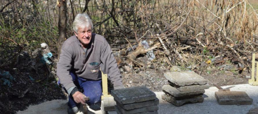 Тополовградчанин сам строи беседка за  съседите си