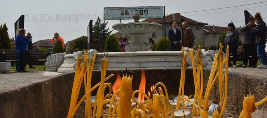 Запалиха свещи в памет на загиналите младежи