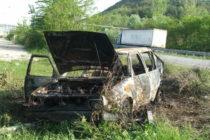 Кола изгоря след като я блъснаха отзад