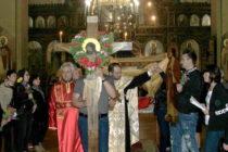 Миряни обиколиха храма със Светата Плащаница