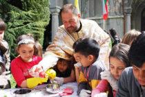 Деца обагриха яйца на Велики Четвъртък в храм