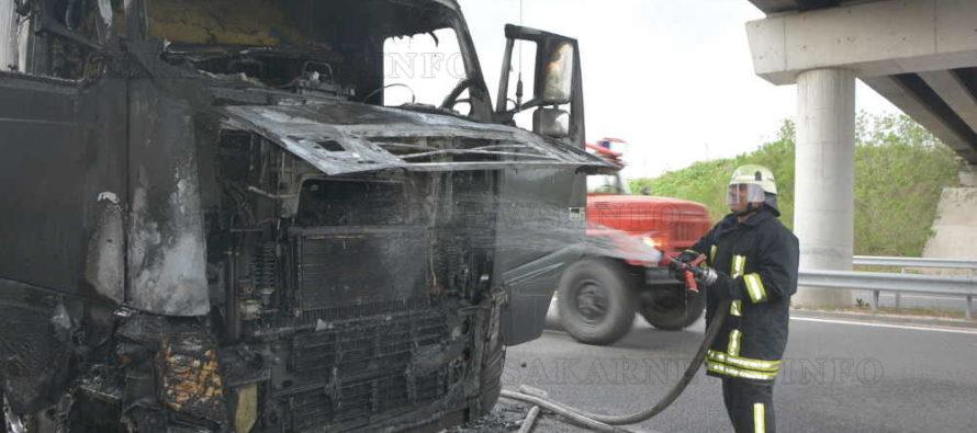 Огън от двигател изпепели влекач на ТИР