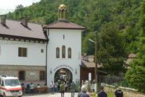 """Литургия събра много хора в двора на манастира """"Света троица"""""""