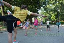Деца спортуват с пособия от дарители
