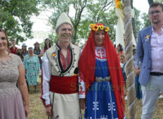 """Българка и англичанин избраха село Хухла пред Англия за своето """"Да"""""""