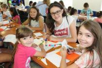 Деца се забавляват в занимални  и работилници през лятото