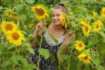 """Симона сред слънчогледите печели във фотоконкурса """"Лицето на лятото"""""""